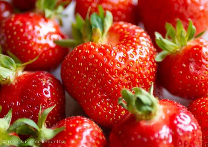 20210615-Erdbeere Großaufnahme der Nüsschen-Sammelnussfrucht