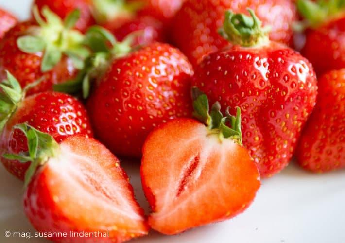 20210615-Erdbeere aufgeschnitten im Vordergrund