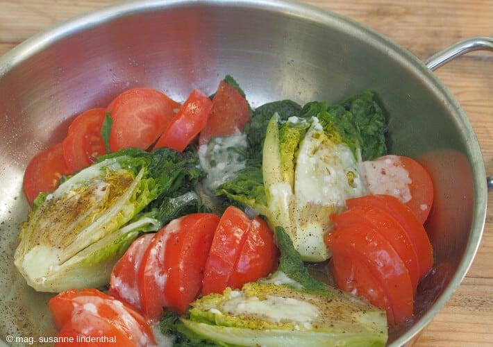 Salatherzen-mit-Parmesan-Pfanne