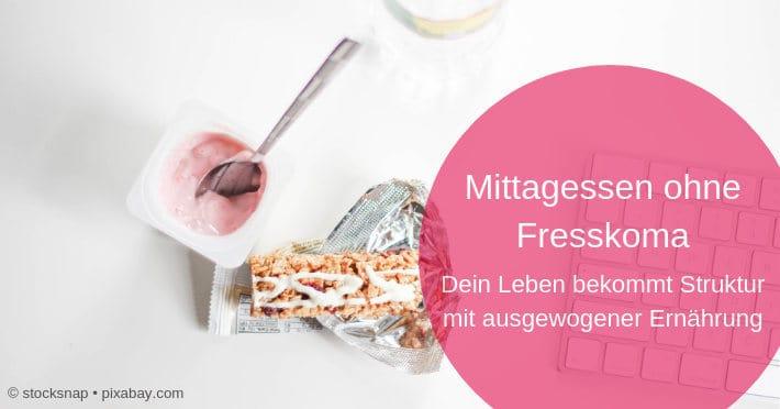 mittagessen-ohne-fresskoma-müsliriegel-joghurt-tastatur