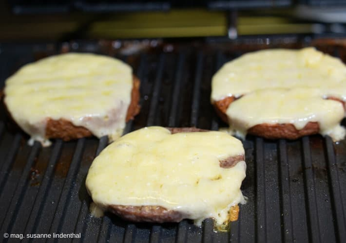 3-Patties-am-Grill-mit-Käse