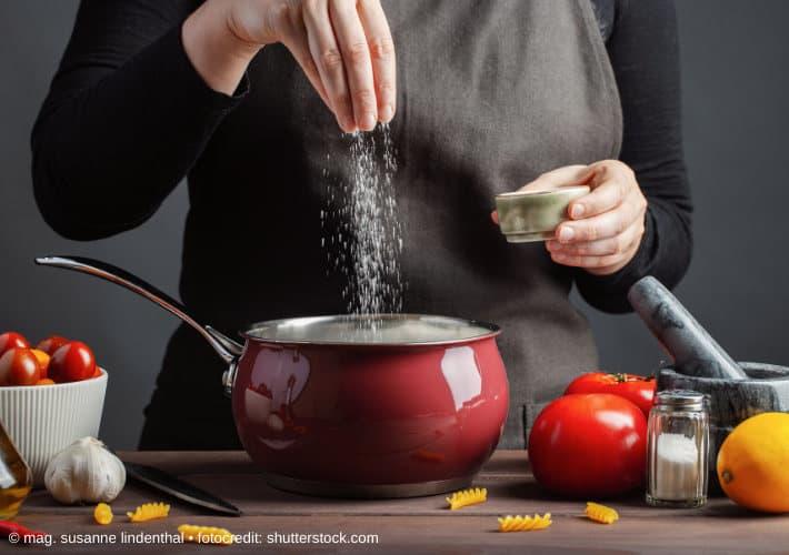 20200120-Wieviel-Salz-ist-gesund-Frau-salzt-Suppe