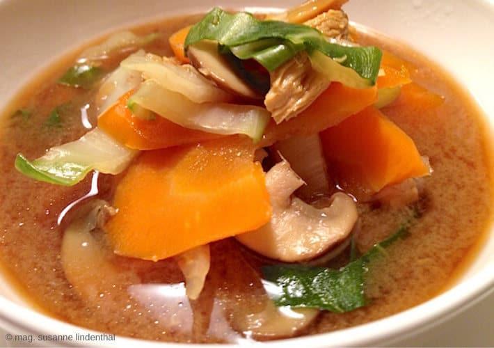 Scharf-saure-Hühnersuppe-mit-Pilzen