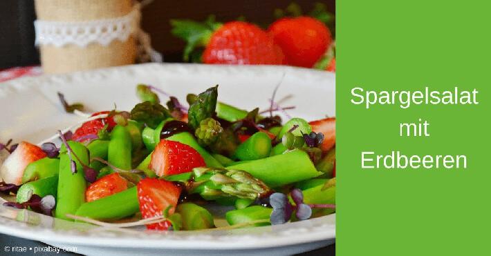 Spargelsalat mit grünem Spargel und Erdbeeren