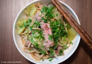 Steakstreifen-auf-Mie-Nudeln-aus-dem-Wok