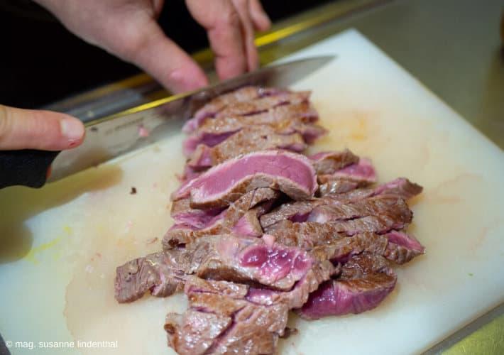 20200324-Steakstreifen-schneiden-nach-dem-Anbraten