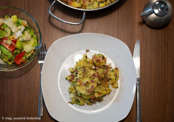 Erdäpfelgröstl-von-oben-mit-Salat