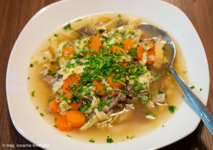20200506-Rindsuppe-Fleischeinlage-Frittaten-Karotten
