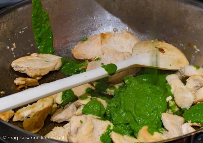 Hühnergeschnetzeltes-mit-Bärlauchrahm-Hühnerfleisch-und-Bärlauchsauce-vermischen